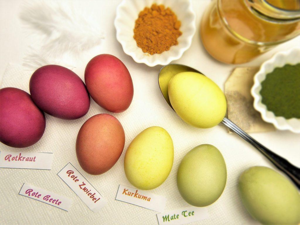 Farbanje jaja začinima za Uskrs